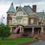 Addams Family house, now a funeral home... how fitting, querita...